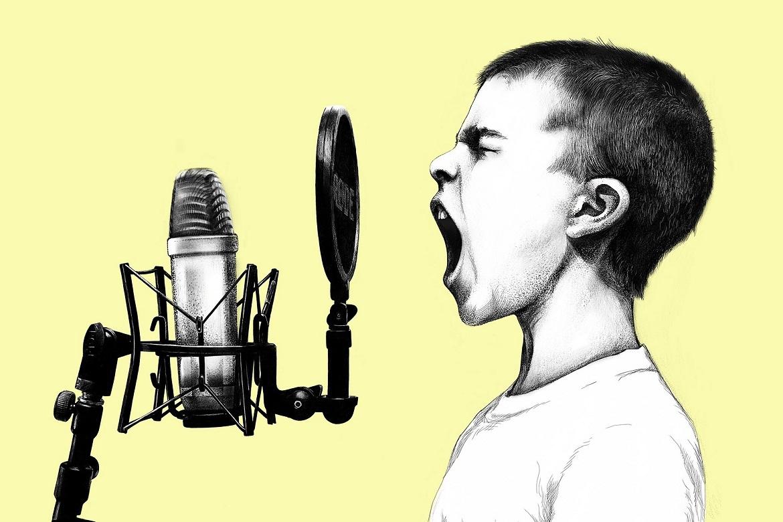 Sprecher schreit ins Mikrofon