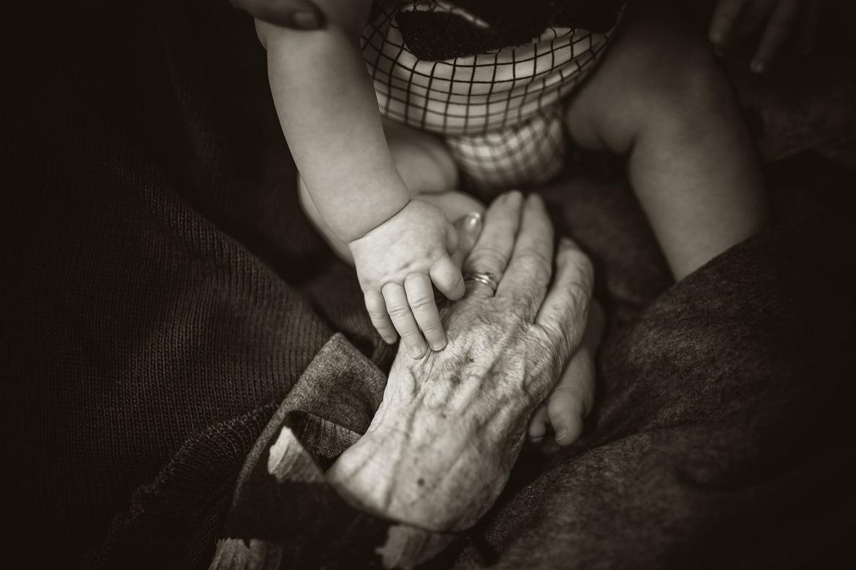 alte Hand und junge Hand