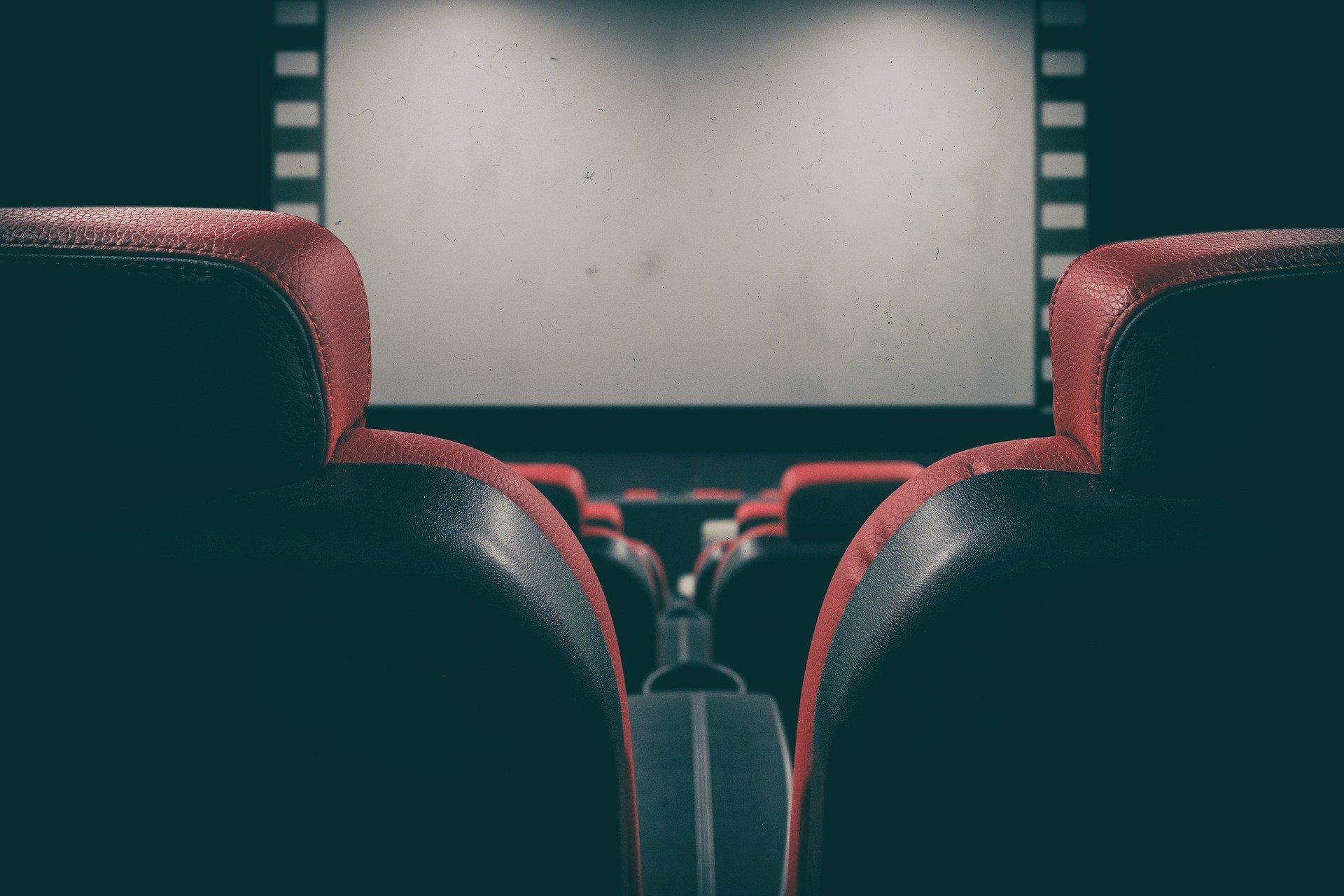 Leinwand im Kinosaal für Sprecherjob